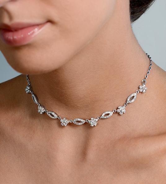 Modelo RADPUSEN, un precioso collar de diamantes con un diseño cuidado y original de motivos geométricos y florales que aportará gran presencia a la novia.