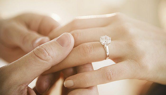 d24408a51bb9 Pide la mano con un solitario de diamantes - Blog Navas Joyeros Boda